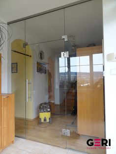 Sklenená stena s otváracími dverami na bočných samotváracích pántoch, Brezno