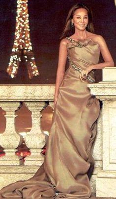 Isabel Preysler - viņas gados un viņas kleitās - nekad neatteiktos!