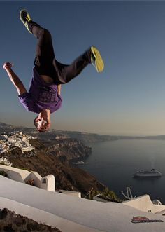 Parkour: Free running from one point to another in the most effective way possible, and is usually involves vaulting, jumping or climbing over obstacles. Parkour Moves, Parkour Sport, Figure Drawing Reference, Pose Reference, Acrobatic Gymnastics, Street Workout, Freestyle, Street Dance, Escalade