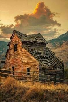 Abandoned Farm Buildings Old Barns Paintings - Bing images Old Abandoned Houses, Abandoned Buildings, Abandoned Places, Old Houses, Abandoned Castles, Abandoned Mansions, Barn Pictures, Country Barns, Country Living