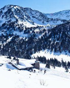 Vistes privilegiadas des del Refugi Borda de Sorteny  Ruta obligada a peu a lestiu o en raquetes / Skimo a lhivern. @andorrraworld #andorraworld #visitandorra #winterinandorra  Des d'aqui podreu descobrir un ventall d'itineraris a peu. La Carme i lEva us facilitaran tota l'informació que necessiteu perquè pugueu programar les vostres sortides.  Www.refugisorteny.com  En un petit país de muntanya com Andorra el Parc natural de la vall de Sorteny tot i tenir una superfície limitada de 1.080…
