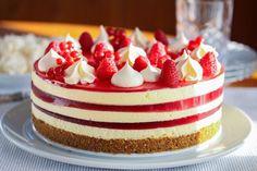 Ostekake er blant de aller mest populære kakene på norske kakebord.    Ekstra dekorativ og fin blir ostekaken med flere lag rød gelé. Vil du variere, kan du bytte ut rød gelé med gelé i andre farger.    Oppskrift og foto: Kristine Ilstad/Det søte liv.