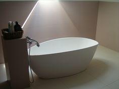 Finom elegáns női fürdő szabadonálló káddal.