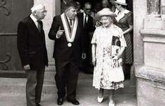 """""""Queen mum"""", Elizabeth Bowes-Lyon (1990-2002) en compagnie du Maire Raymond Chésa (1937-2005) et du chanoine Paul Belloc (1907-1994) à la sortie de la basilique Saint Nazaire (située ans la Cité de Carcassonne) le 27 mai 1989. Photo: Archives / L'Iindépendant"""