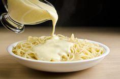 O molho de queijos é fácil de fazer e pode ser usado em vários pratos, especialmente massas.