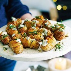 Guests won't be able to resist these bite-sized crispy potatoes, roasted with rosemary and honey and topped with crumbled gorgonzola The post Hasselback potatoes with gorgonzola & honey appeared first on Food Monster. Veggie Christmas, Christmas Lunch, Xmas Food, Christmas Cooking, Christmas Potatoes, Christmas Canapes, Christmas Roast, Hasselback Potatoes, Side Dishes