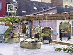 Quem daria alguma coisa por latinhas de sardinha ou atum? Dá próxima vez que abrir uma, lembre-se de lavar e guardar, você pode precisar delas para fazer um arranjo como esses para sua próxima festa....ou para algum jantar especial em casa...