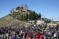 Romería a la Virgen de la Alegría en Monzón    Día festivo en Monzón, el Lunes de Pascua los romeros se dirigen desde la ciudad hasta la cercana ermita de la Virgen de la Alegría, sobre un cerro de camino a Pueyo de Santa Cruz.