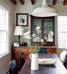 La altura ideal para una lámpara suspendida sobre la mesa es de  entre 70 y 80 cm para no deslumbrar a los comensales