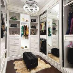 Closet projetado especialmente para valorizar as bolsas de sua dona!!
