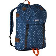 Praktisk och rejäl ryggsäck för pendlande och vardagens olika äventyr. Tillverkad i 100% återvunnet polyestermaterial. Vadderad laptopficka för datorer upp till 15 tum.