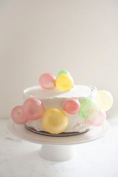 Make this edible balloon birthday cake with gelatin balloon bubbles. A simple recipe that immediatly makes your table into a fabulous birthday party! Balloon Birthday Cakes, Balloon Cake, Beautiful Cakes, Amazing Cakes, Party Food Platters, Pinata Cake, Watermelon Cake, Holiday Cupcakes, Unique Cakes