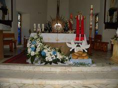 Dekoracje kościoła na Pierwszą Komunię Świętą. Styropianowe gołąbki niosące hostię.