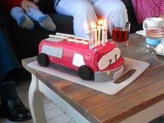 Vuur op de brandweerwagen! Erg leuk om deze brandweer-taart te maken. De wielen zijn gemaakt van koekjes, de ladder van chocoladestokjes