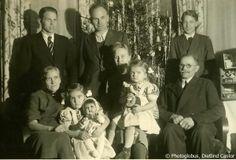 Weihnachten 1945, Dietlind Castor | Die Familie ist nach Kriegsende wieder glücklich vereint. Unser Vater und die beiden Onkel heil wieder aus dem Krieg zurück. Vorne die Großeltern und unsere Mutter mit mir und meiner jüngeren Schwester. Ich halte meine heiß ersehnte Puppe Christl im Arm, die unsere Mutter gegen ein Paar schuhe eintauschen konnte.