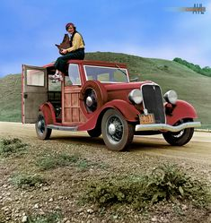 Dorothea Lange photojournalist known for her work during the depression years atop an automobile in California 1936 Documentary Photographers, Female Photographers, Girls With Cameras, Woody Wagon, Old Race Cars, Unique Cars, Ford Models, Dream Cars, Classic Cars