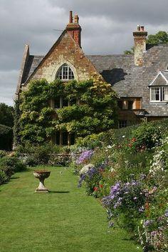 Английский дом с великолепным садом