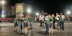 Jóvenes bailando en rueda de casino en la Plaza de la revolución cubana