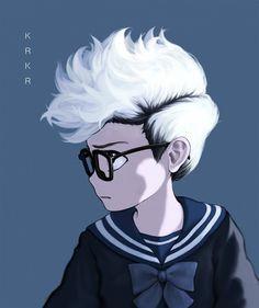 Niño con gafas y mechas blancas