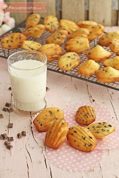 Cómo hacer madeleines, las clásicas magdalenas francesas , Aprende a hacer la receta de las madeleines o magdalenas francesas en forma de concha con pepitas de chocolate. Esta receta de madeleines es una delicia.