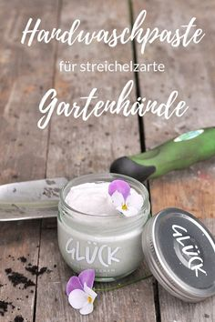 homemade gifts: hand washing paste Smilla& feeling of wellbeing- selbstgemachte Geschenke: Handwaschpaste Smillas Wohngefühl Gift idea: hand wash paste for tender garden hands Diy Food Gifts, Homemade Gifts, Crafts To Sell, Diy And Crafts, Flirty Aprons, Drink Tags, Natural Make Up, Hand Washing, Pin Collection