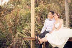 這張是攝影師很喜歡的照片, 在婚前常約會的北海岸咖啡廳, 兩人輕輕地靠著, 吹著柔柔的海風, 漫聊著未來。  {自然系婚紗} Photographer/ Lion Lai,  Makeup Artist/ Yiying Lee