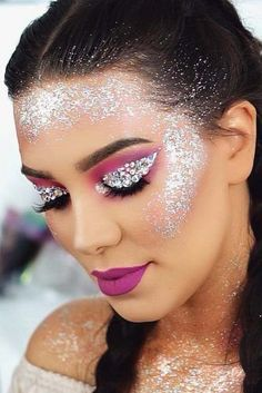 Are you ready for another Coachella festival season? If you struggling with what to wear at Coachella 2019 here are 45 tips and tricks for the best festival look Festival Hair, Festival Looks, Coachella Make-up, Helloween Make Up, Glitter Makeup Looks, Sparkly Makeup, Make Carnaval, Looks Party, Makeup Eyes