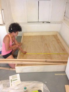 Decorate your room in a new style with murphy bed plans Cama Murphy, Build A Murphy Bed, Murphy Bed Desk, Murphy Bed Plans, Modern Murphy Beds, Bed Legs, Pine Plywood, Diy Bed, Diy Sofa
