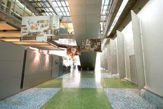 Photos géantes suspendues dans le hall... Exposition Photo, Milan, Basketball Court, Photos, Hamburg, Copenhagen, Urban Planning, Projects, Pictures