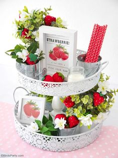 DIY Strawberry Farmhouse Decor + FREE Felt Strawberry Template - easy craft projects to decorate your home, tiered tray or table centerpiece! Strawberry Crafts, Strawberry Decorations, Strawberry Ideas, Strawberry Kitchen, Strawberry Summer, Tray Decor, Decoration Table, Table Centerpieces, Easy Craft Projects