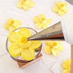 Daffodils taking shape.  #buttercream #buttercreamcake #buttercreamflower…