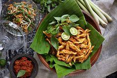 Balinese Shredded Chicken Recipe (Ayam Pelalah) Ingredients: 400g chicken breast Aromatic herbs: 2 salam leaves
