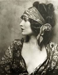 Evelyn Brent exploded on to the Hollywood scene in the 1920's playing the archetypal gangster's moll. However, Hollywood was not kind to Evelyn and her career was frustratingly brief. Read on to find out more!