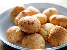 Cuñapes/Pão de Queijo (South American Cheesy Bread)