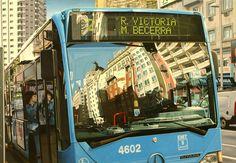 """""""Reflejos de la Gran Vía en un autobús de la EMT"""". Óleo sobre lienzo, 89 X 130 cm, 2010. Pintura hiperrealista del pintor Jose Miguel Palacio. Obras pictóricas con reflejos en escaparates de tiendas de Madrid y Barcelona"""