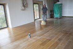 En esta caso fuimos a una casa rural, aplicar una mano de mantenimiento a un suelo de madera de roble aceitado Hardwood Floors, Flooring, Rural House, Wood Flooring, Oak Tree, Houses, Wood Floor Tiles, Floor