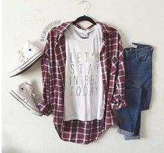 J'adore cette tenue. Mon amis Jenna vais porte, c'est elle style, aussi. J'aime le tee shirt avec le ècrivent est cool. La chemisier est decontractè. J'aime pas les chaussures blancs parce c'est très Americain.