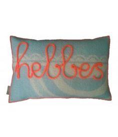 Kussen van retro wollen dekens met aan de voorzijde het woord HEBBES in neon oranje gepunnikte letters. De kussenhoes sluit aan de achterzijde met een knoopsluiting en wordt geleverd met binnenkussen. Ook op bestelling te leveren met een ander woord ...