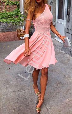 Jasnoróżowa sukienka drapowana na jedno ramię, skromna sukienka dla świadkowej, druhen. Sukienka drapowana na jedno ramię o rozkloszowanym kroju. Skromna krótka sukienka idealna dla druhen, dla świadkowej lub na bal gimnazjalny czy wesele.