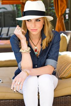 Looking fresh and classy: black and white Panama hat, statement pendant, polka-dotted button down Navy Blue Beige Outfit Outfits With Hats, Casual Outfits, Cute Outfits, Fashion Outfits, Spring Summer Fashion, Spring Outfits, Short Blanc, Outfits Damen, Look Chic