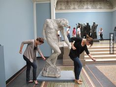 這36個人發現和雕像惡搞合照,遠比和人類合照有趣得多!