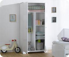 une armoire bébé avec ses deux portes qui laisseront découvrir un