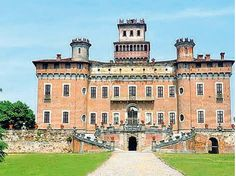 Il Castello Procaccini Chignolo sul Po Villa, Mansions, House Styles, Building, Travel, Home Decor, Viajes, Decoration Home, Room Decor
