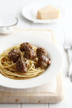 Meatballs with Garlic & Butter Spaghetti - use homemade bread in your homemade meatballs!