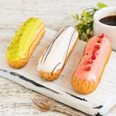 Hot Dog Buns, Hot Dogs, Eclairs, Bread, Ethnic Recipes, Food, Thursday, Clock, Meal