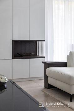 Visszafogott színvilágú felületek, csillogó króm lámpák jellemzik ezt az otthont. A modern geometrikus vonalvezetésű bútorok és lámpák, a fényes és matt felületek játékának összhatása megnyugtató, otthonos, de mégis elegáns hangulatot teremt. Tervező/Designer: Erdélyi Krisztina, www.erdelyikrisztina.hu #elegans#exkluziv#modern#home#design#interior#erdelyikrisztina#lakberendezo#belsoepitesz Sofa, Couch, Furniture, Modern, Home Decor, Elegant, Settee, Settee, Trendy Tree