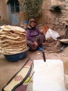 Sheets of Phyllo . Working People, Working Woman, People Around The World, Around The Worlds, Turkish People, Istanbul Turkey, Daily Bread, How To Make Bread, World Cultures