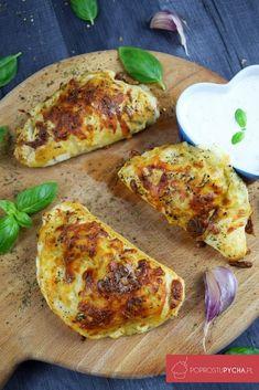 Kolejny przepis na przekąskę do piwka – pizzerinki z ciasta francuskiego! Szybkie, łatwe do przygotowania. Ja przygotowałam do nich składniki, które używam do tradycyjnej pizzy drożdżowej czyli: kukurydzę, pieczarki, salami, paprykę czerwoną, kapary i startą mozzarellę. Z przepisu wyszło ok. 10 pizzerinek