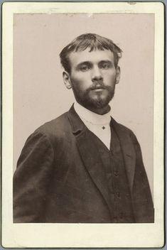 Foto di Gustav Klimt 25enne , 1887 ; in quel periodo lavorava in società con il fratello Ernst e il collega Franz Matsch ad affrescare il nuovo Burgtheater e il Kunsthistorische Museum .