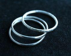 Hou je van simpele, strakke ringen? Subtieler dan dit wordt het niet. Draag er eentje voor een geraffineerde look of combineer er meerdere voor een speels effect.